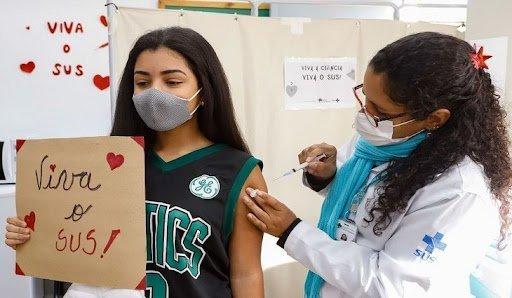 Adolescente sendo vacinada contra a covid-19 no DF