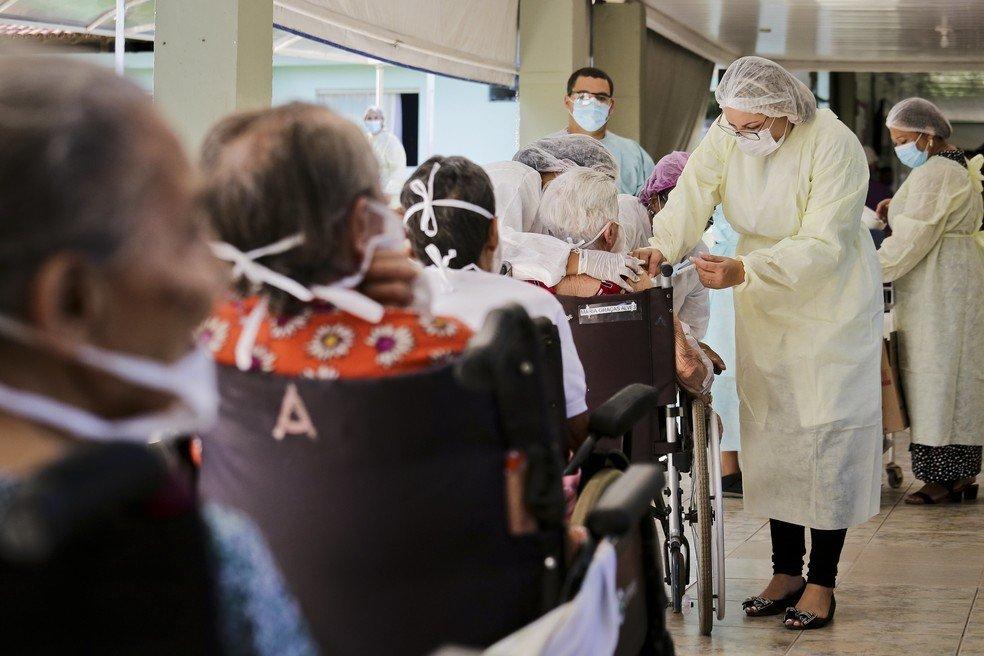 DF começa a aplicar 3ª dose da vacina contra covid-19
